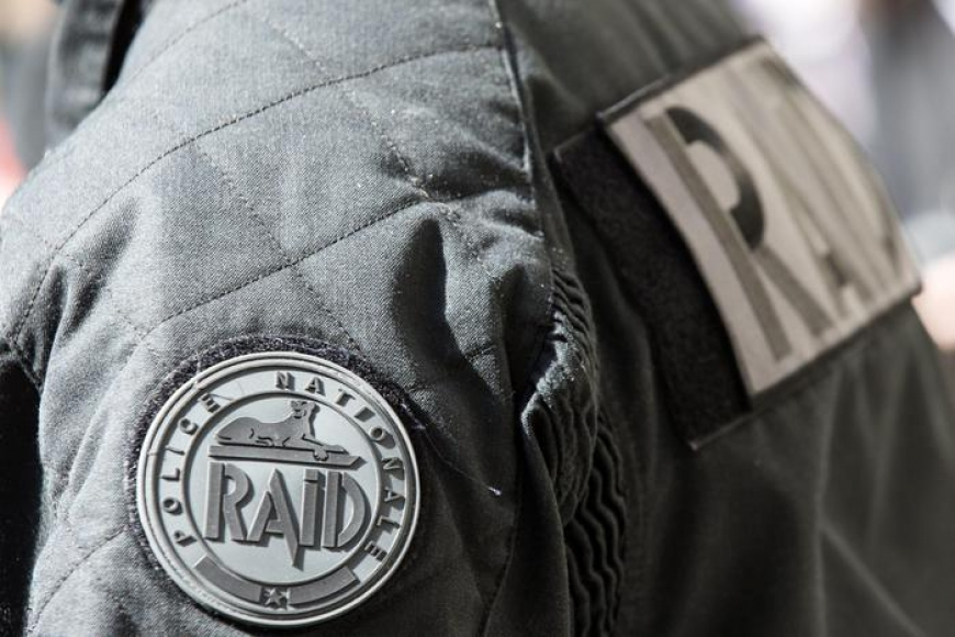 Poliziotto ucciso in un sobborgo di Parigi,