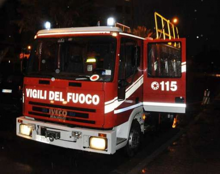 Pauroso incendio a Volla: distrutta una fabbrica, evacuate diverse famiglie
