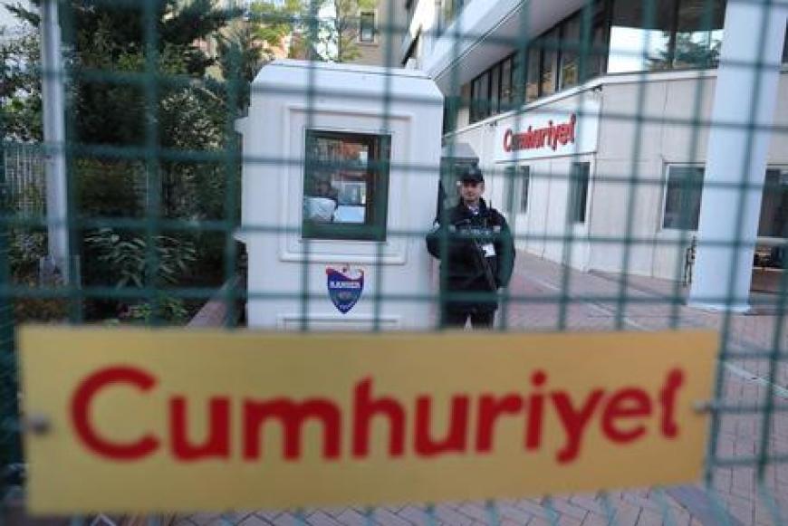 Turchia: manifestazione a Istabbul contro l'arresto di giornalisti di Cumhuriyet